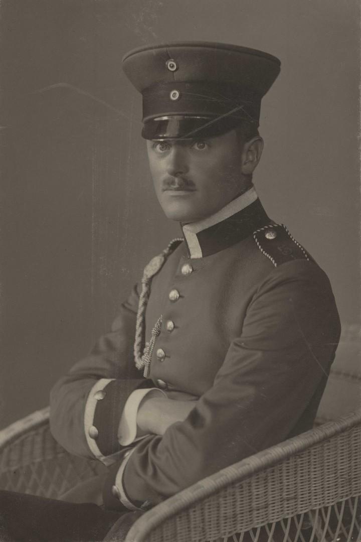 Lummitzsch in Uniform sitzend