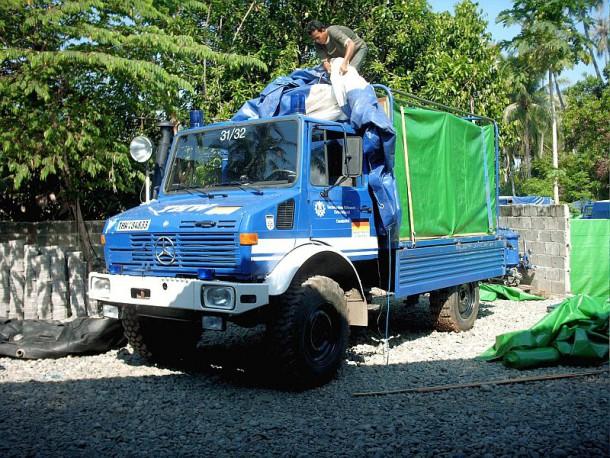 Unimog wird für den Seetransport fertig gemacht