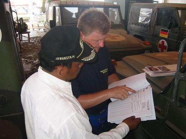 Übergabe der THW Ausstattung an der Verantwortlichen der Transportfirma Herrn Irwansyah