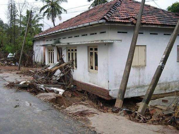 Beschädigte und zerstörte Häuser in Periya Kallar  / Sri Lanka