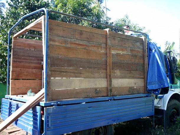 gezimmerte Transportbox auf den Unimog zum Schutz der Trinkwasseraufbereitungsanlagen auf dem Rücktransport per Schiff