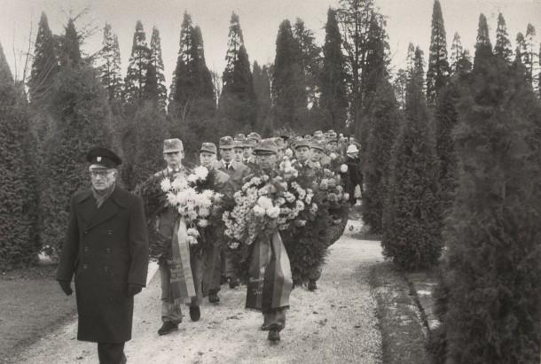 Nach der Trauerfeier gaben Helfer das Ehrengeleit zum Grabe