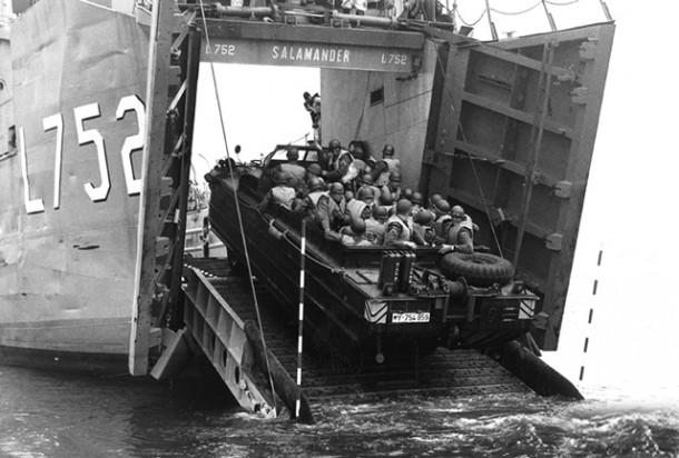 DUKW beim Einfahren in das Landungsschiff Salamander - 1958