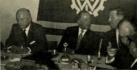 LB Grünewald (Mitte) zwischen dem Präsidenten BzB Dr. Schmidt und dem Direktor THW Zielinski (rechts)